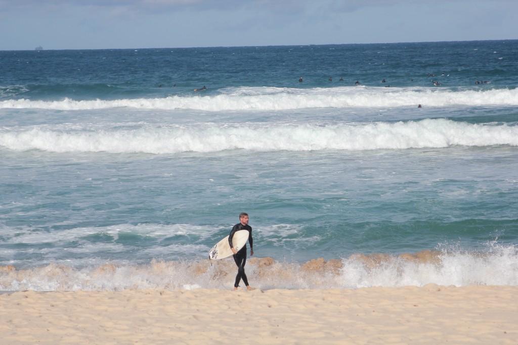 Eenzame surfer op Bondi beach.