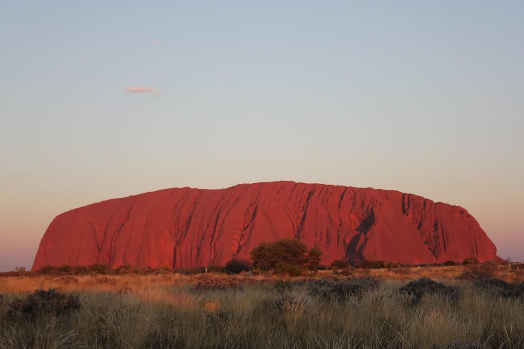 Uluru bij zonsondergang.