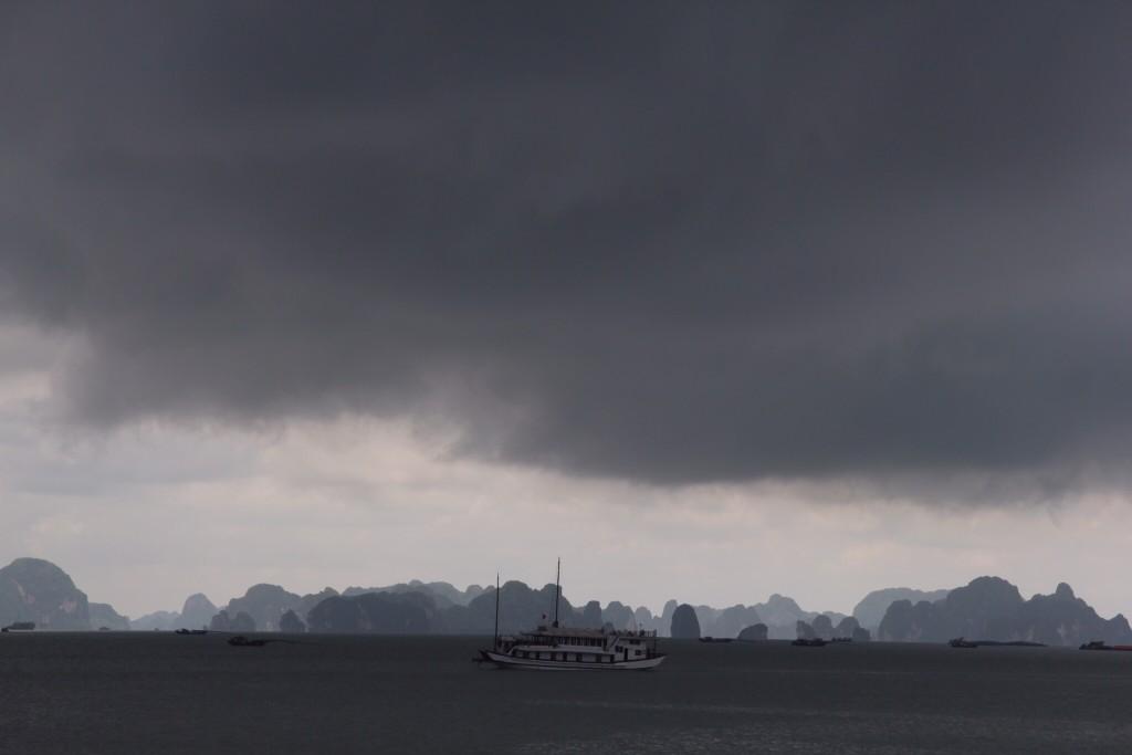 Onheilspellende lucht boven de baai
