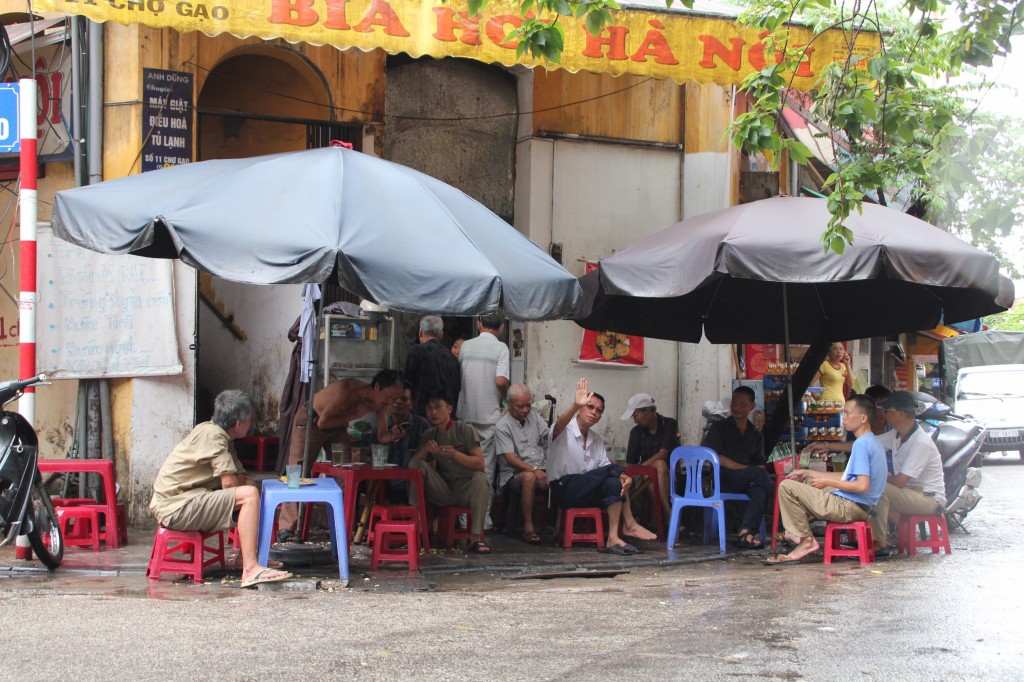 Bia Hoi drinken op straat